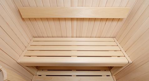 Unsere Sitzeinrichtung und durchgehende Rückenlehne aus unbehandeltem Abachi-Holz mit abgerundeten Kanten