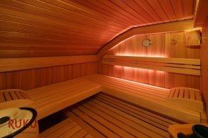 klassische Sauna mit Licht in verschiedenen Farben