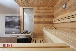 klassische Sauna mit ofen von innen.