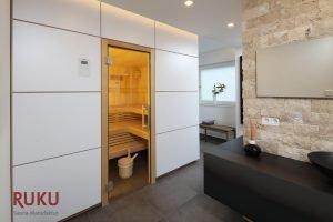 Klassische Sauna in weisser Optik von aussen