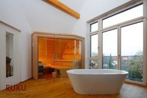 Klassische Sauna steht neben einer Badewanne