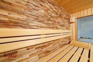 klassische Sauna mit besonderer Wandverkleidung von innen