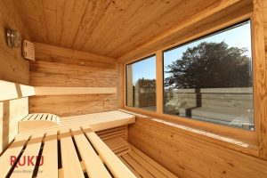 Klassische Sauna von innen mit grossem Fenster