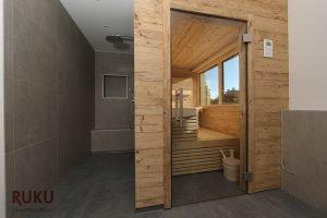 Klassische Sauna mit grossen Fenster von aussen