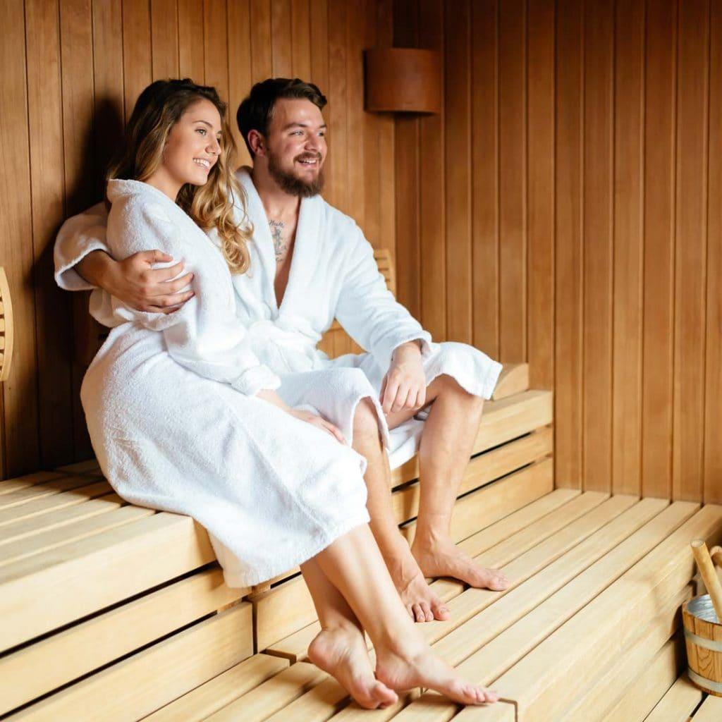 Ein Paar sauniet gemeinsam in der Infrarotsauna