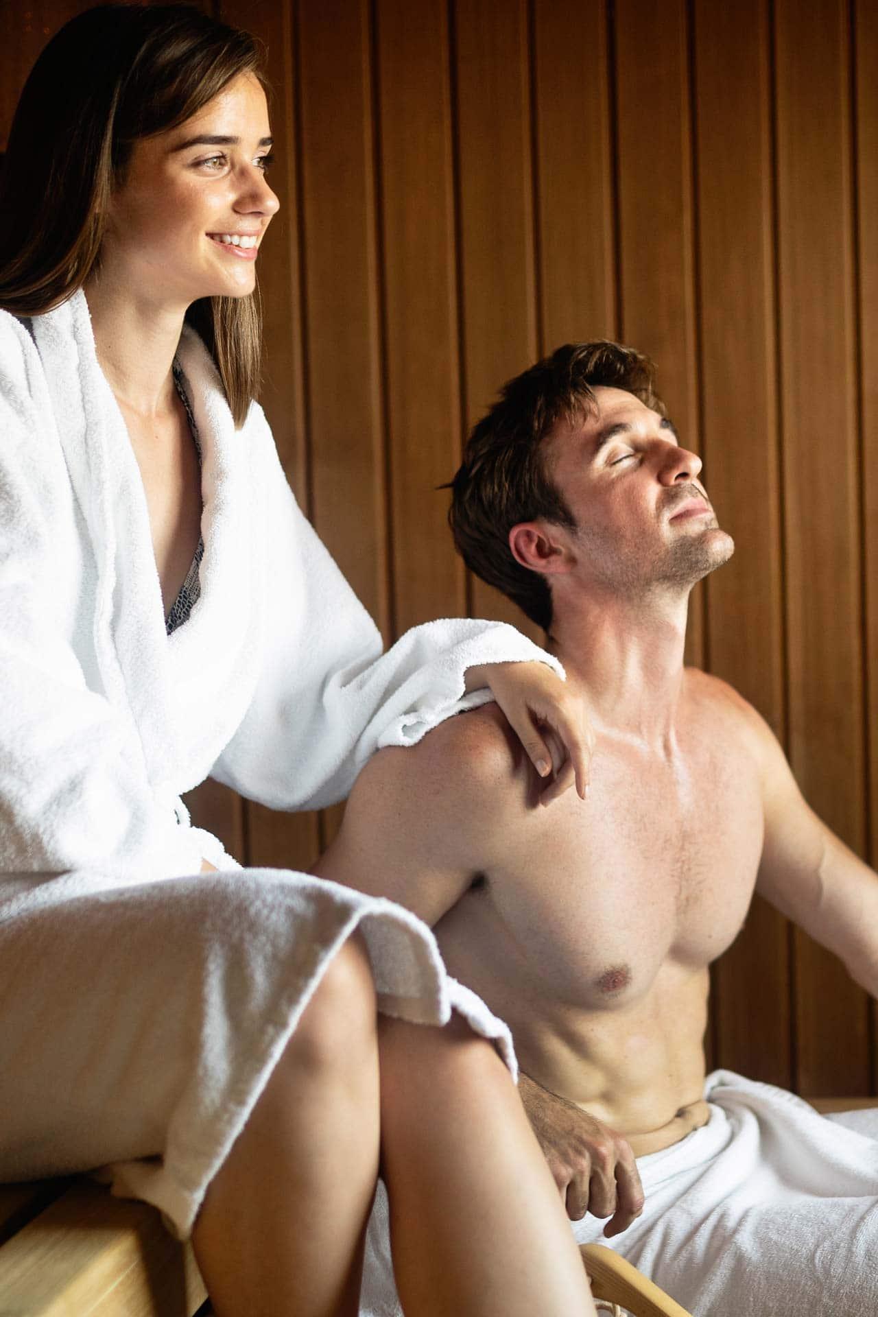 Ein Paar entspannt sich in der Sauna