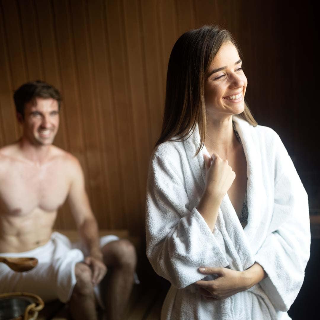Ein Paar entspannt sich zusammen in de Sauna